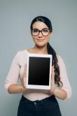 Fotografia compressa di digital visualizzando donna con schermo vuoto, isolata su grey