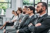 Fotografie Unternehmer und Unternehmerinnen, die sitzen auf Stühlen, während des Trainings im hub