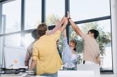 Happy obchodníků slaví úspěch a dává vysokou pět v úřadu