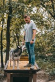 fiatal cynologist képzés szibériai husky a kutya séta akadály