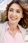 Photo portrait of beautiful smiling woman looking away