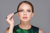 Fotografie portrét elegantní ženy s make-up štětce pro eyeshadows izolované Grey
