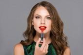 portrét atraktivní mladé ženy používat červenou rtěnku izolované Grey