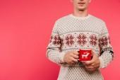 Fényképek körülvágott kép az ember a holding kupa szarvas sziluettje elszigetelt rózsaszín pulóver