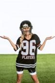 megzavarodott fiatal nő az amerikai futball felszerelés intett elszigetelt fehér