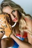 close-up Portrait von Böse junge Frau mit Baseballhandschuh Blick in die Kamera