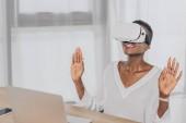 Fotografie stilvolle überrascht afroamerikanischen geschäftsfrau Nachschlagen in virtual-Reality-Kopfhörer im Büro