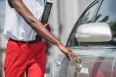 oříznutý obraz stylová africká americká podnikatelka otevírání dveří taxi na ulici