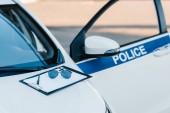 Fotografie prázdná schránka se slunečními brýlemi na automobil s exhibicionista a nápisy policie na ulici