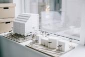 Weiße Architekturmodelle auf der Fensterbank im hellen modernen Büro