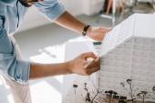 Oříznout obrázek architekt pracující s model architektury na stole v kanceláři