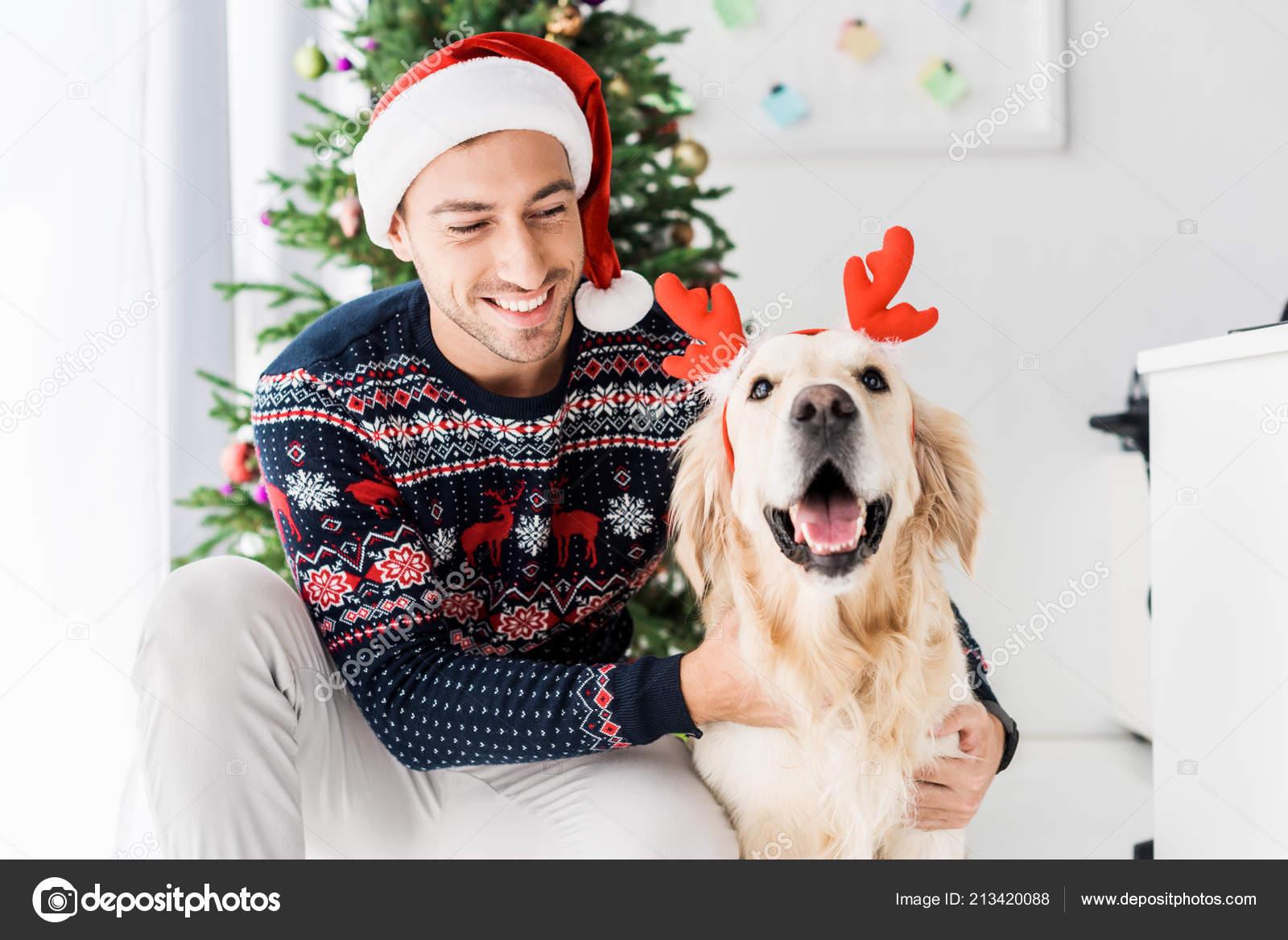 Kersttrui Hert.Man Kerst Trui Santa Hat Streelde Golden Retriever Hert Horens