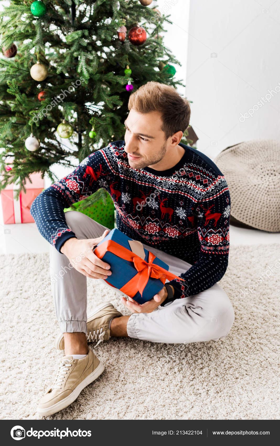 Kersttrui Man.Man Kerst Trui Met Luxe Geschenketui Zittend Beige Tapijt