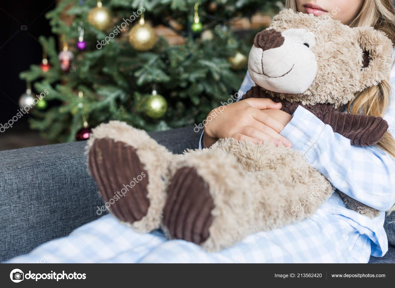 Recortar Tiro Niños Abrazos Oso Peluche Sentado Sofá Navidad Foto