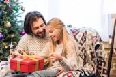Šťastný otec a dcera otevření vánoční dárek