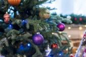Detailní pohled na vánoční strom zdobí krásné lesklé barevné ozdoby