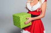 Fotografie oříznutý obraz sexy žena v šatech vánoční drží krabičky izolované na šedém pozadí
