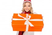 szép mosolygó fiatal nő gazdaság ajándék doboz elszigetelt fehér kiadványról