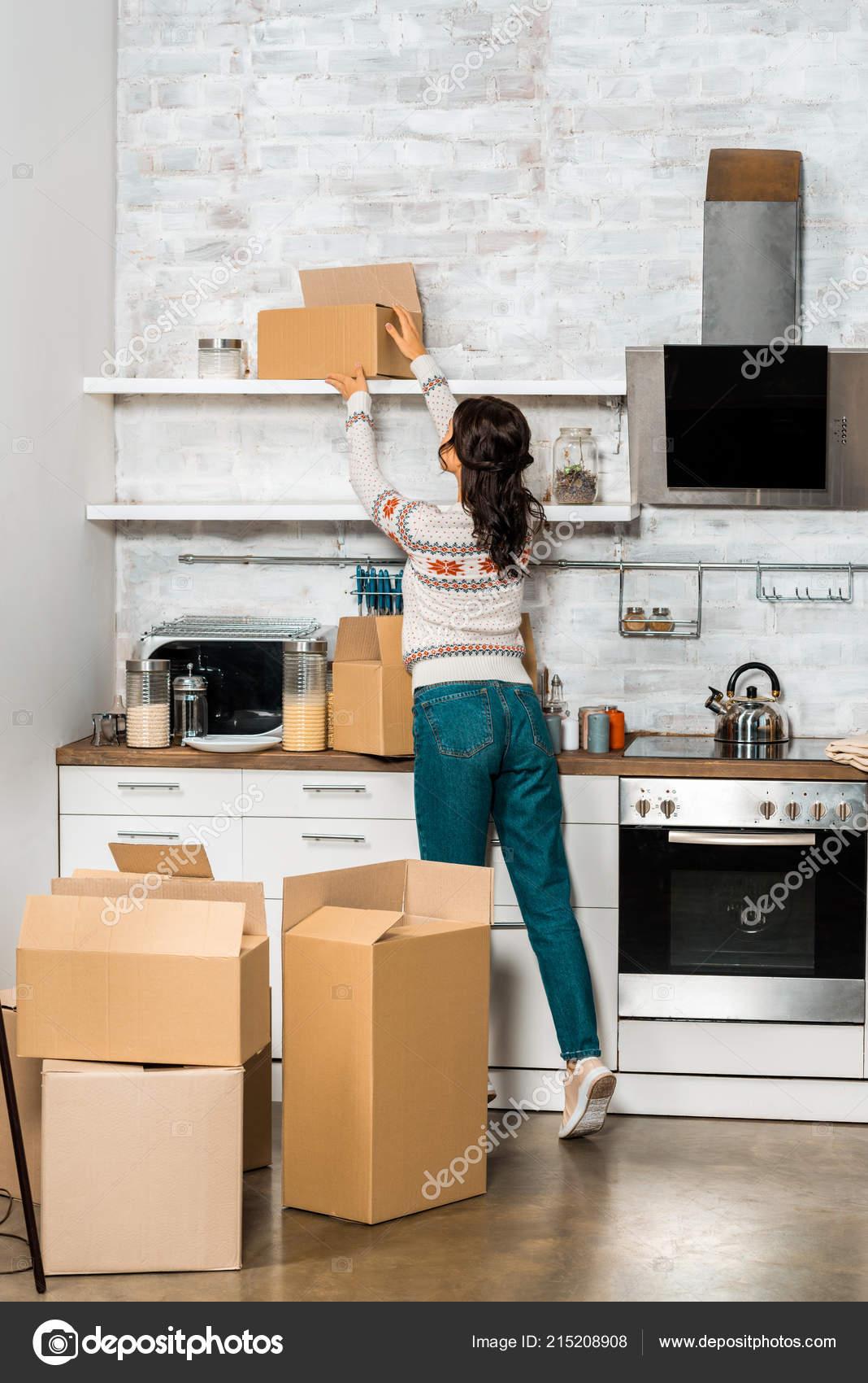 Rückansicht Der Jungen Frau Die Die Karton Aus Regal Küche ...