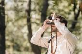 Fotografie mladí turistické fotografování snímku na fotoaparátu v podzimním parku