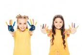 szép boldog gyermekek színes festett kéz mutatja, és mosolyogva elszigetelt fehér kamera