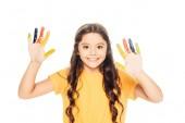 krásné šťastné dítě ukazuje barevné malované rukou a usmívá se na kameru izolované na bílém