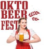 attraktive Kellnerin in bayerischer Tracht mit einem Becher hellem Bier auf weißem Hintergrund mit Oktoberfest -Schriftzug