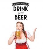 Oktoberfestkellnerin in bayerischer Tracht trinkt helles Bier auf weißem Hintergrund mit kluge Leute trinken gutes Bier -Inspiration