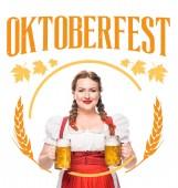 Lächelnde Kellnerin in traditioneller deutscher Tracht mit zwei Bechern hellem Bier auf weißem Hintergrund mit Oktoberfest -Schriftzug