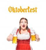 Schockierte Kellnerin in bayerischer Tracht mit Krügen Leichtbier auf weißem Hintergrund mit Oktoberfest -Schriftzug