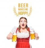 Schockierte Oktoberfestkellnerin in traditioneller bayerischer Tracht mit Bechern hellem Bier auf weißem Hintergrund mit Bier macht mich hopfig -Schriftzug
