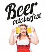 Oktoberfestkellnerin in bayerischer Tracht steckt Kopf zwischen Becher mit hellem Bier auf weißem Hintergrund mit Bier Oktoberfest -Schriftzug