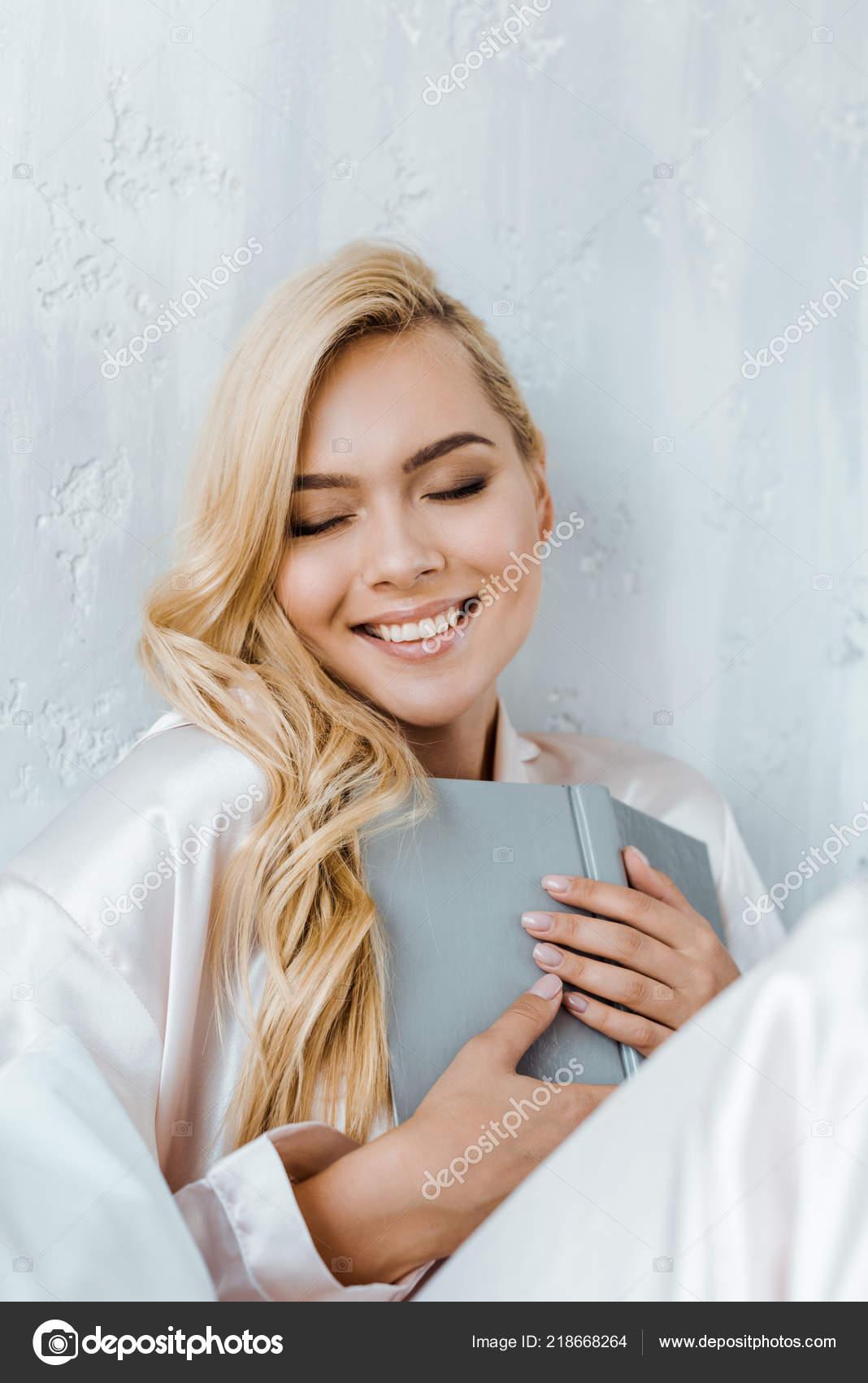 blondinki-v-pizhame-foto