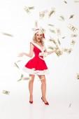 aufgeregtes Weihnachtsmädchen mit Weihnachtsmütze wirft Bargeld isoliert auf weiß