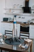 Fotografia modello di razzo e strumenti per la progettazione sulla tabella in cucina