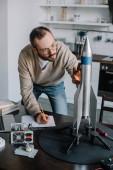 Fotografie hezký inženýr modelování a měření raketa doma