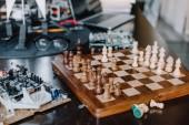 Fényképek sakktábla és áramkört a nappaliban asztal
