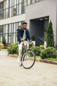 africká americká mladý muž jedoucí na kole ve městě