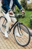 oříznutý pohled stylové afroamerické muže jezdit kole na ulici