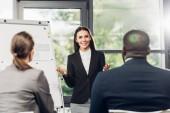 žen v podnikání Lektor prezentaci materiál během semináře s multikulturní kolegy v konferenčním sále