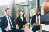 multikulturní obchodní kolegové mají schůzku v konferenčním sále