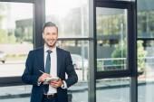 portrét usměvavý obchodník s notebookem v konferenčním sále