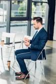 boční pohled na podnikatele s notebookem v konferenčním sále
