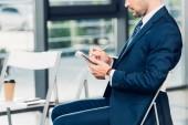 částečný pohled podnikatel s notebookem v konferenčním sále