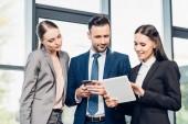 portrét podnikatele a podnikatelky pomocí tabletu v konferenčním sále