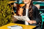 Fotografie oříznutý pohled na ženu s kávou jít, obchodní deník a Plánovač, posezení na terase café