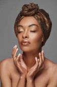 Fotografie portrét stylový afroamerické ženy s hlavou wrap a holá ramena izolované Grey