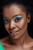 portrét krásné africký americký model s jasně modrýma očima stíny izolované na černé