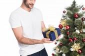 levágott lövés a becsomagolt jelen állt a karácsonyfa elszigetelt fehér ember