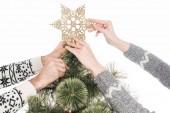 Fotografie zugeschnittenen Schuss des Paares schmücken Weihnachtsbaum zusammen isoliert auf weiss